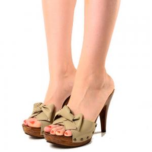 Clogs e mules… ai piedi ritorna la moda degli zoccoli