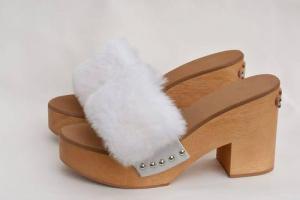 zoccoli in legno e pelliccia